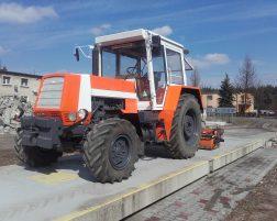 Traktor z zamiatarką